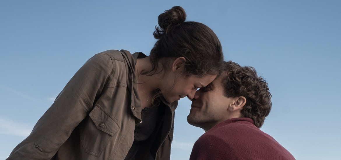 Jeff Bauman (Jake Gyllenhaal) and Erin Bauman (Tatiana Maslany) in STRONGER, an Entertainment One release. Photo credit: Scott Garfield