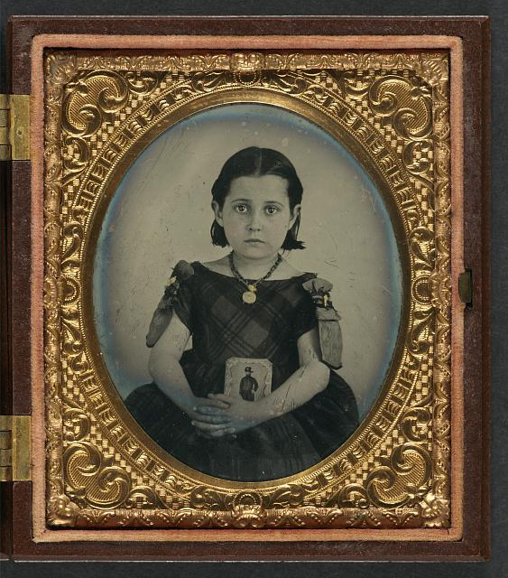 The Perfect Vessel of Grief: Women and Mourning Photography