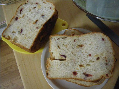 ホームベーカリーでドライフルーツ入り食パンの断面