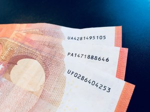 Seriennummern von drei 10-Euro-Scheinen