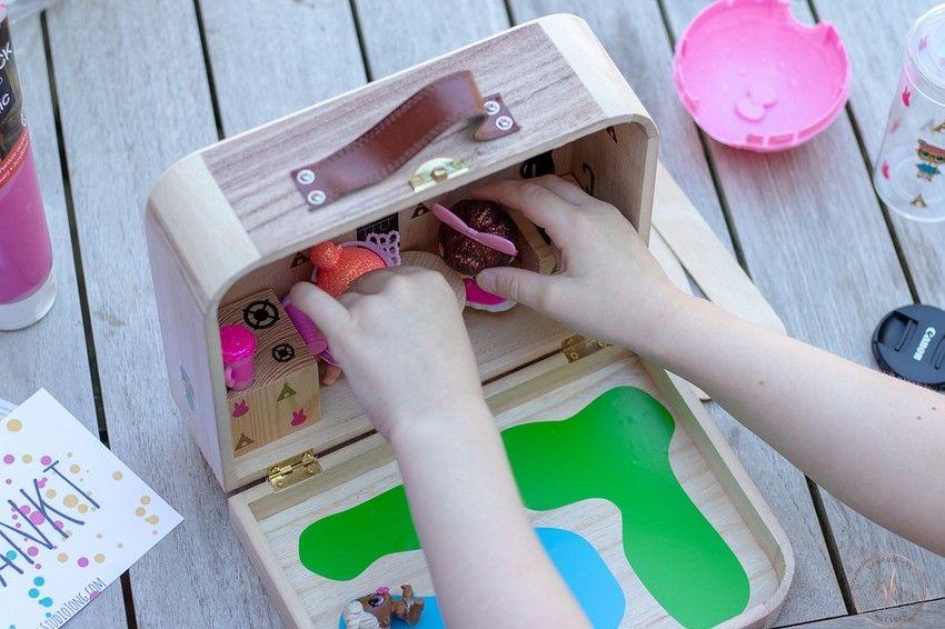 een reiskoffer voor de L.O.L. poppetjes knutselen (19)