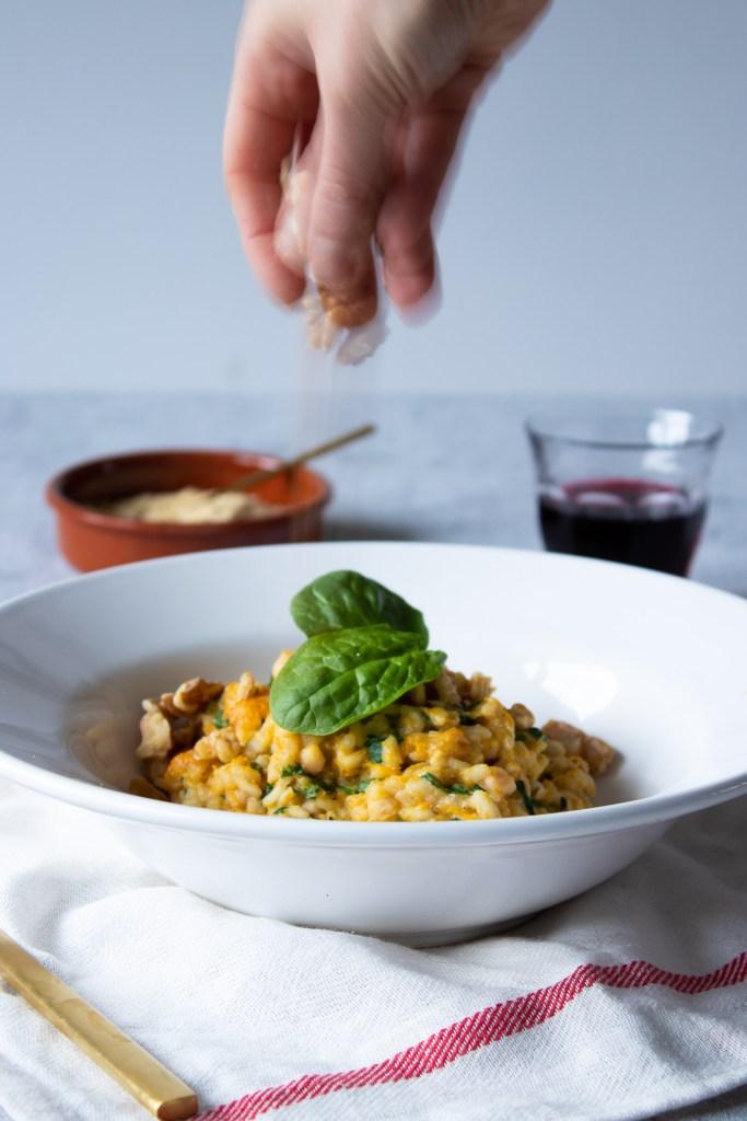 vegan risotto met spinazie, pompoen en witte bonen