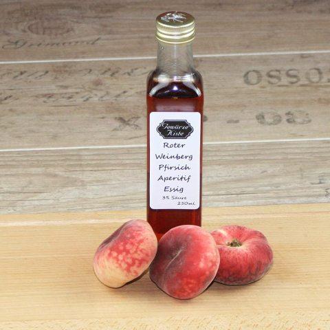 Eine Flasche Roter Weinberg Pfirsich
