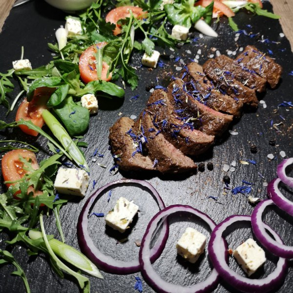 Steak mit Ziegenkäsesalat