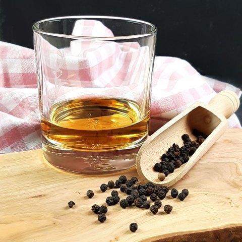 Whisky Pfeffer neben ein Glas Whisky