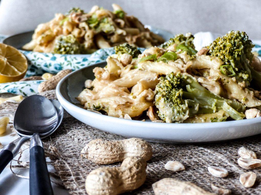 Vegane Erdnusssauce mit Nudeln und Brokkoli