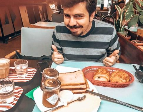 Brüksel'de gezilecek yerler -  Chicago Cafe - sabah kahvaltısı yaparken