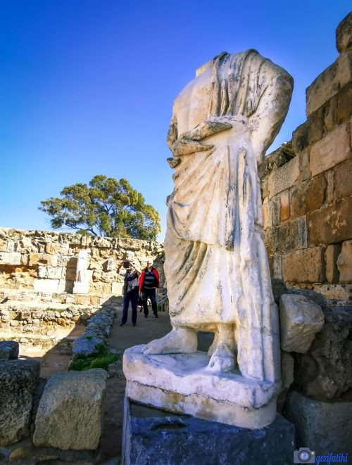 Salamis'teki gymnasiumun güney havuzunda bulunan Asklepios heykeli