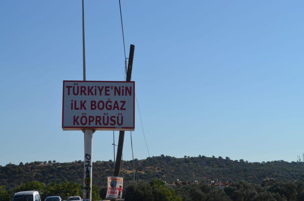 Cunda adası Türkiye'nin ilk boğaz köprüsüne ev sahipliği yapmakta.