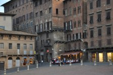 Piazza del Campo'ya bakan binalar