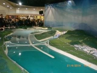 Three Gorges Dam maketini incelerken