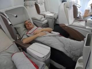 Business Class'da koltuklar tam yatmasa da yeterli