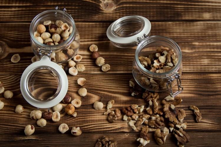 verschillende noten in een bakje