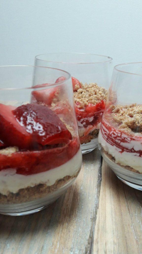 3 glaasjes trifle met aardbei, mascarpone en koekcrumble