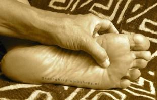 Acupressuur Nier1.gezondheid-workshops.nl.JeanineTheunissen.acupunctuur, masseren met tennisbal, tennisblamassage, Doe-het-zelf onderhoud van je Kantoorlijf, vitaliteit op kantoor, gezondheid op het werk