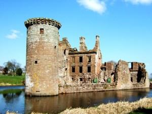 caerlaverock-castle-1220664-639x479