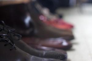 Zapatos a la izquierda.