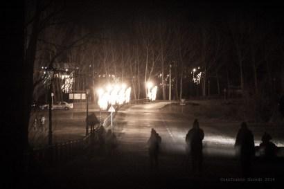 Fantasmas en la carretera, con las farolas ardiendo como fogatas.
