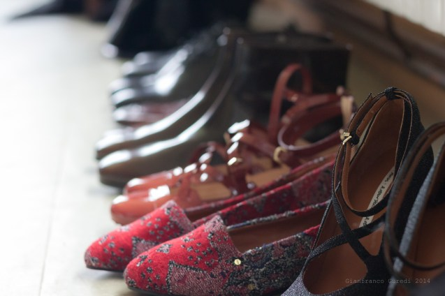 Zapatos a la derecha.