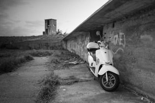 Una moto donde el campo de tiro. Qué cosas.