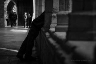 En la catedral, colándose entre columnas