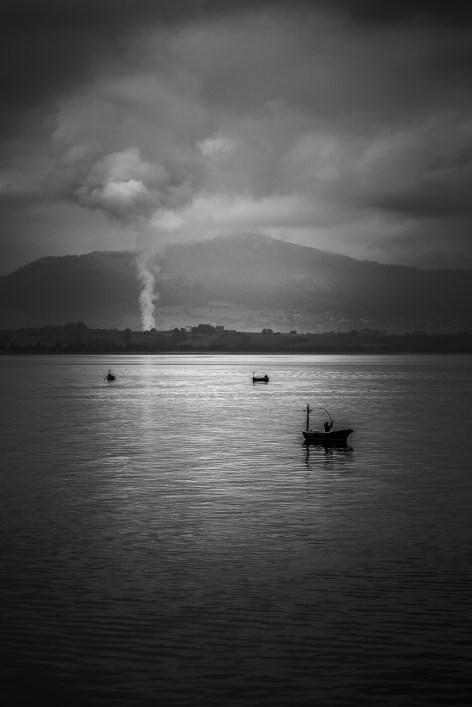 Había un fuego, o Dynasol estaba echándolo todo, o a saber. Pero a la vez, un pescador lanzaba la caña. De las que más me gustan de siempre.