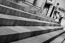 Por las escaleras.