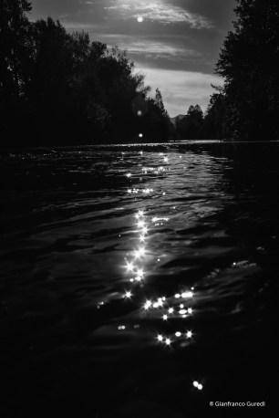 El sol brilla sobre el agua