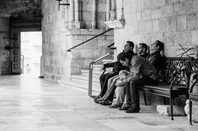 A la espera, los ateos, que la misa se acabe.