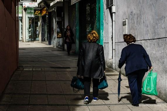 La extraña fijación por las señoras paseantes.