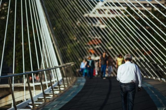 Por le puente.