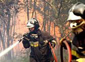 Verzweifelter Kampf gegen die Flammen: Ein Feuermann versucht in Südspanien, einen Brand einzudämmen