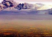 Schwarze Rauchwolken stehen über Kalifornien. Mittlerweile bedrohen zehn Großbrände Städte und Wälder.