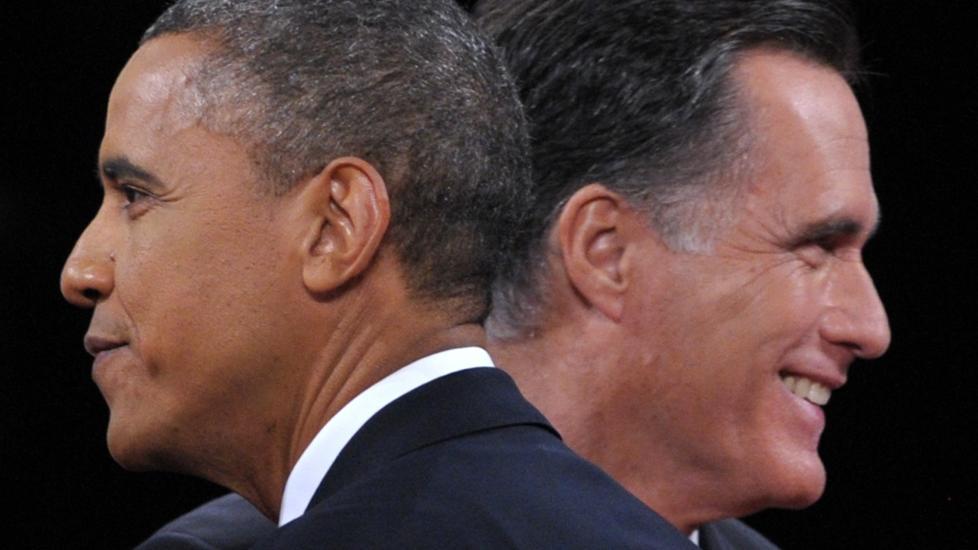 SER HVER SIN VEI:  Barack Obama og Mitt Romney i den siste presidentdebatten i natt. AFP PHOTO / Saul LOEB