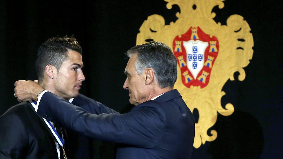 HEDRET: Cristiano Ronaldo får medaljen rundt halsen av president Anibal Cavaco Silva. Han ble tildelt graden storoffiser i Infante Dom Henriks orden. Foto: EPA/ANDRE KOSTERS POOL/NTB Scanpix