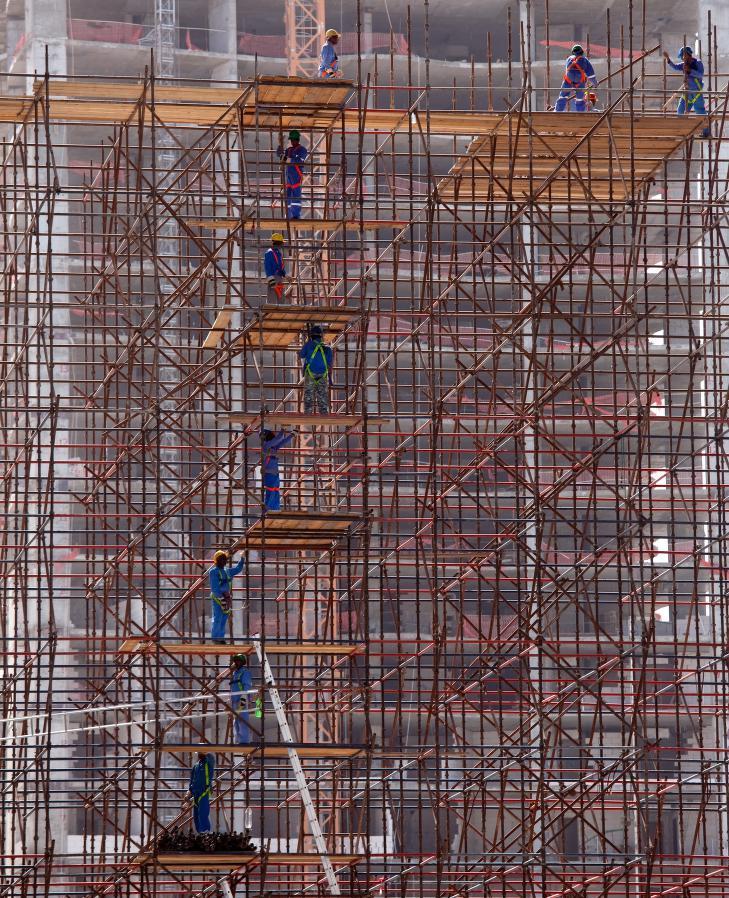 DÅRLIG SIKRING:  Dette bildet fra november i fjor viser et av de mange byggeprosjektene i Qatar før fotball-VM i 2020. 94 prosent av arbeidsstyrken i Qatar er migranter, og ifølge en rapport fra Amnesty International utnyttes migrantene på det groveste. Foto: Amnesty International / The dark side of migration
