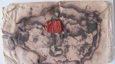 SKADET: Ikke alle brevene er i like god stand. Foto: Museum voor Communicatie, Haag