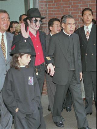 GODE VENNER: Norske Omer Bhatti hadde et nært vennskap med Michael Jackson siden han ble oppdaget av superstjerna i Tunis som tolvåring. Her er de sammen i Seoul etter et besøkt til et katolsk senter. Foto: SCANPIX