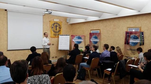 Il nostro presidente Angelo Martello introduce la prima conferenza italiana Toastmasters all'interno del distretto 59