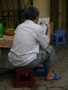 1711 x 10 - newspaper - reading aP1240255