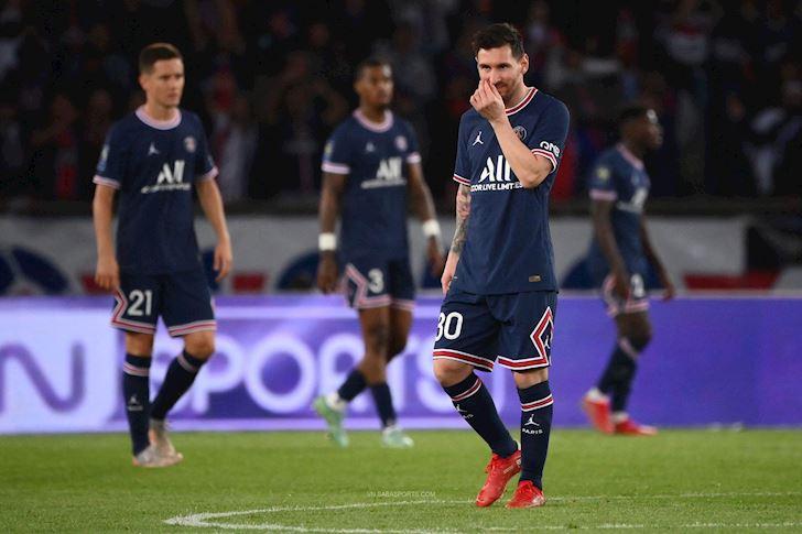 Rắc rối đầu tiên tại PSG: Messi cau có, từ chối bắt tay Pochettino