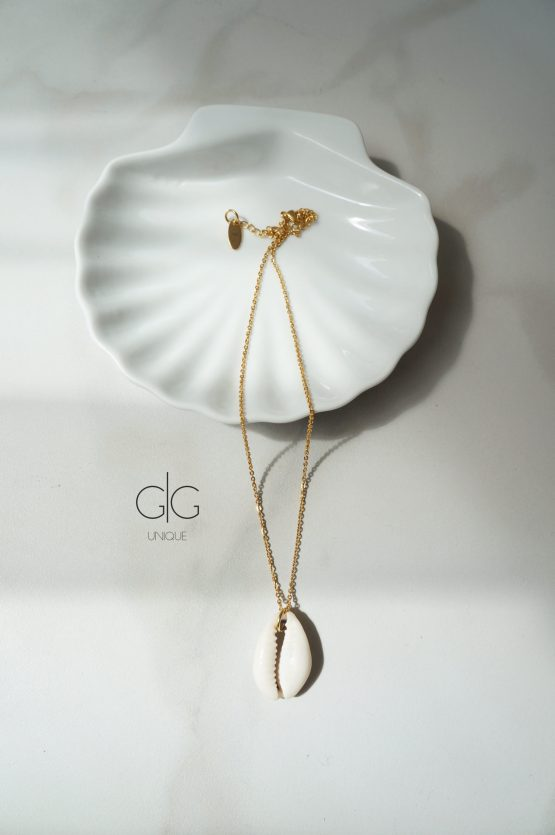 Gold color necklace with a large shell - GG UNIQUE