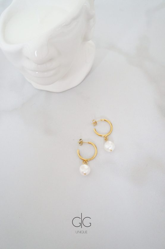 Round gold plated earrings with natural freshwater pearls