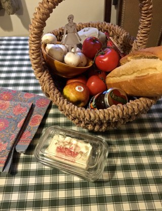 Eve surveys the now-expected complimentary victuals basket. Oh we did have fun with that bread and butter. Not to mention the yummy tomatoes. I love being with Jana. She loves her tummy as much as I love mine.