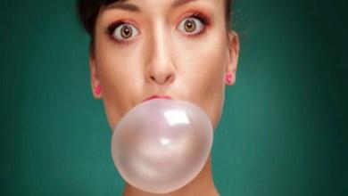 صورة تعرفي على الفوائد الصحية لمضغ العلكة الخالية من السكر
