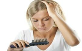 تعرفي على أسباب تساقط الشعر في فصل الصيف؟