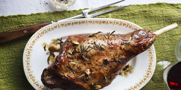 وصفات عيد الأضحى: طريقة عمل لحم الغنم المشوي مع الثوم والأعشاب