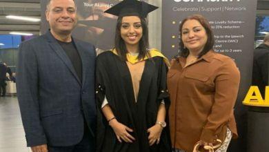 صورة توجت كأفضل طالبة في جامعة الإنجليزية.. البشير واكين يفتخر بإبنته