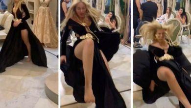 صورة بعد تباهيها بفستانها.. فنانة عربية تسقط أرضا وتُنقل إلى المستشفى