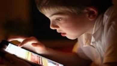صورة طفلي مدمن على الهاتف.. ما الحل؟